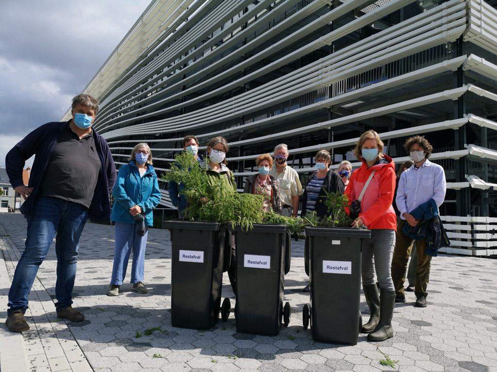 poserende mensen met vuilbakken vol planten voor campus Schoonmeersen gebouw T